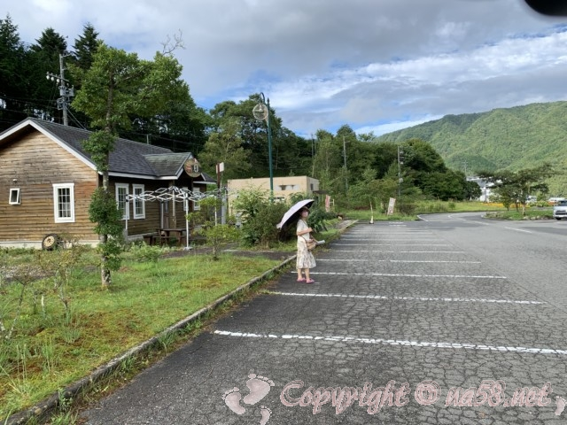 「道の駅信州平谷」(長野県平谷村)の国道153号向こう側の駐車場とその周辺