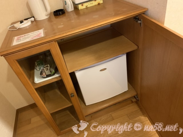 伊東園ホテル熱海館(静岡県熱海市)の客室ツインの部屋、冷蔵庫ポットなど