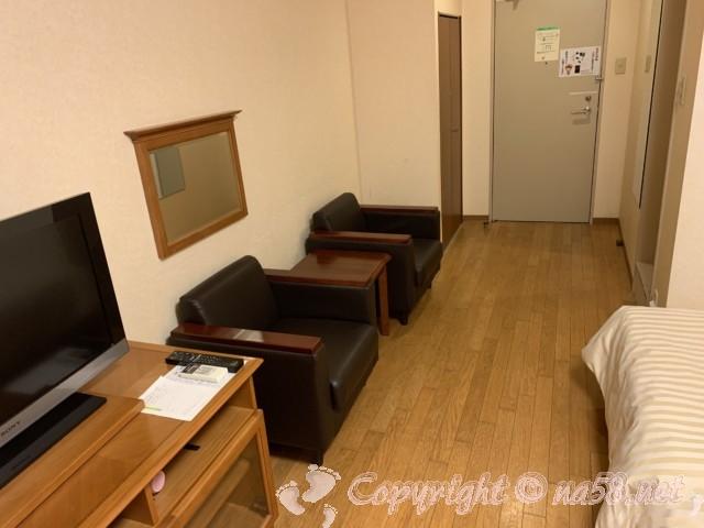 伊東園ホテル熱海館(静岡県熱海市)の客室ツインの部屋、ソファ二つ、テレビ