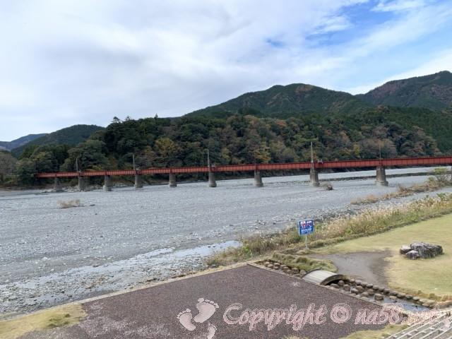 道の駅川根温泉(静岡県島田市)から見た大井川鉄道