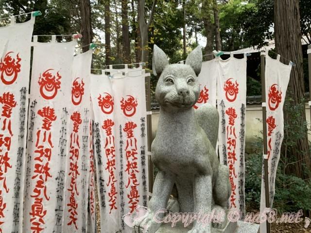 豊川稲荷(愛知県豊川市)きつね塚への参道、のぼりの数々ときつねの石像
