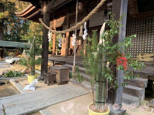 光秀お手植えの楓がある八王子神社(岐阜県恵那市明智町)本殿前に門松の準備中
