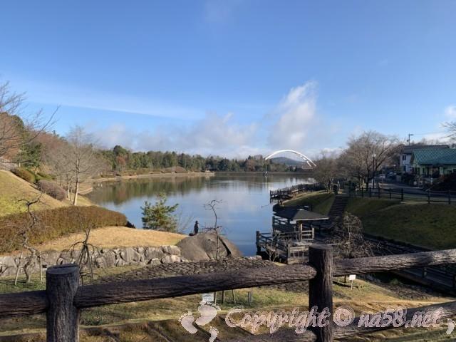 「道の駅 土岐美濃焼街道 どんぶり会館」(岐阜県土岐市)のとなりの池からの景色素晴らしい