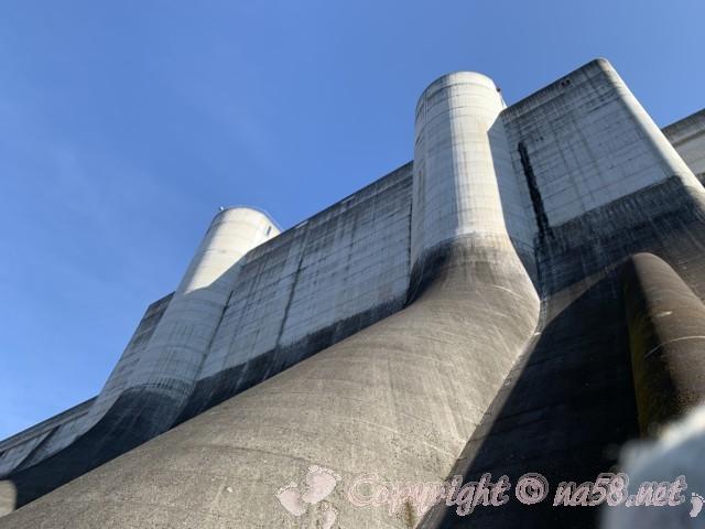 小里川ダム(岐阜県恵那市)の見学、2階展望テラスから上を見る