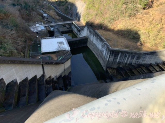 小里川ダム(岐阜県恵那市)の見学、2階展望テラスから下を見る