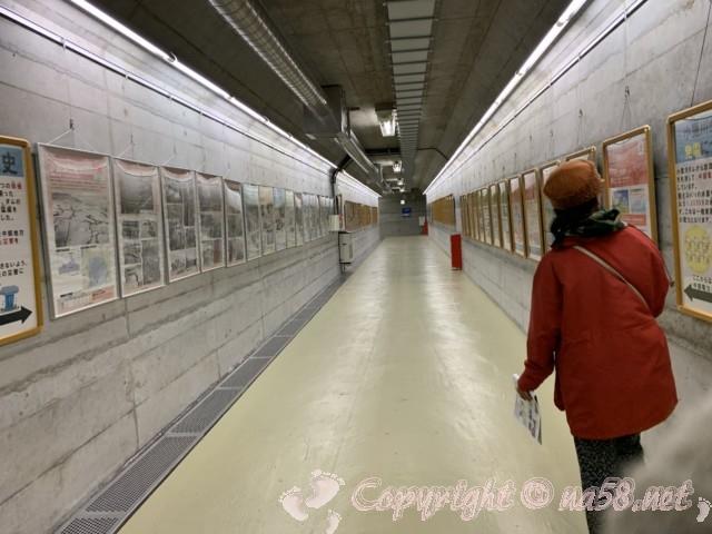 小里川ダム(岐阜県恵那市)の見学、一階の通路の展示
