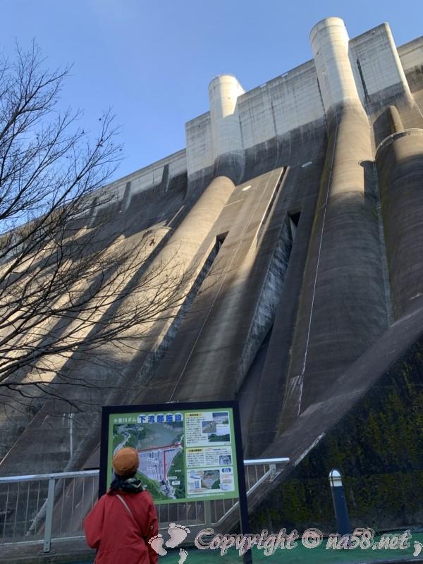 小里川ダム(岐阜県恵那市)の見学、一階下流広場とダムを見上げる