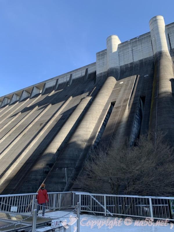 小里川ダム(岐阜県恵那市)の見学、一階下流広場とダム