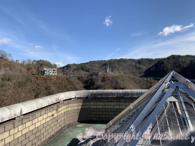 小里川ダム(岐阜県恵那市)の見学、入り口付近から管理事務所とおばあちゃん市・山岡を見る