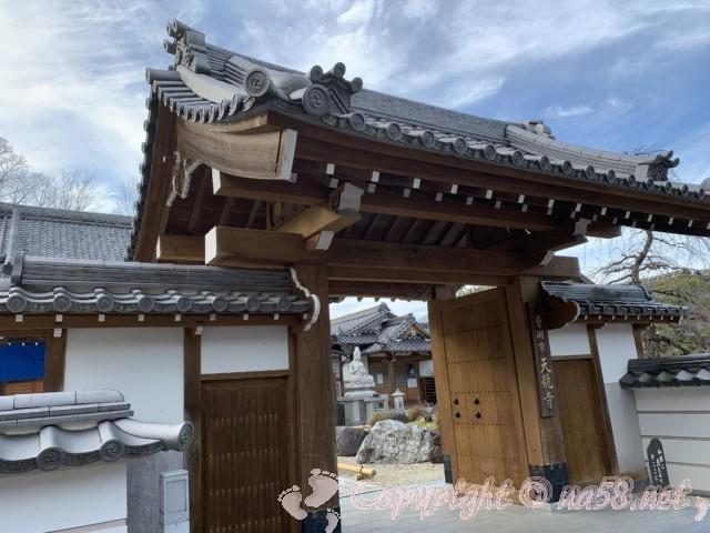 天龍寺(岐阜県可児市)の本堂と門