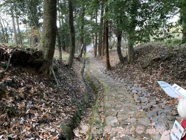 大手門、明智城址(岐阜県可児市)の大手門から明智城址公園への道