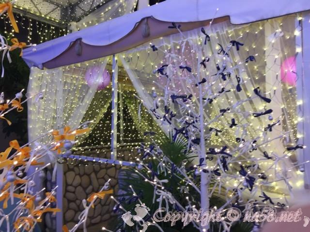 「湯の華温泉」(湯の華アイランド)岐阜県可児市、レストラン屋外の席のイルミネーション