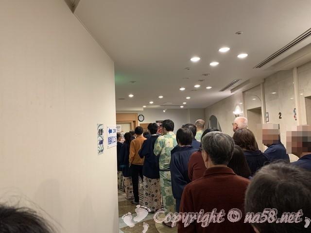 伊東園ホテル熱海館(静岡県熱海市)最終夕食の時間に並ぶ人達