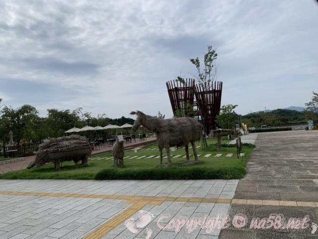「道の駅みのかも」(岐阜県美濃加茂市)ぎふ里山清流公園の前にあるモニュメントと遊具