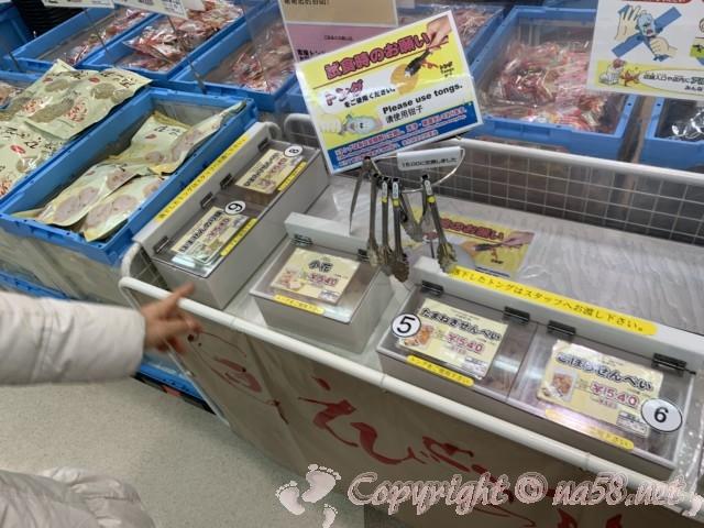 刈谷ハイウェイオアシス(愛知県刈谷市)の「えびせんべいの里」店内、試食あり