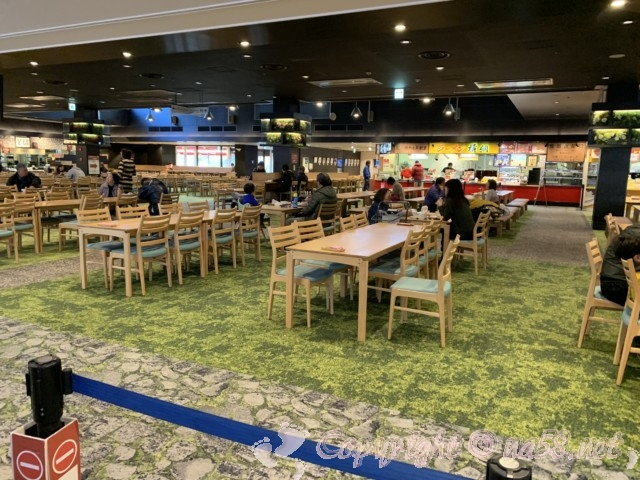 刈谷ハイウェイオアシス(愛知県刈谷市)のセントラルプラザのグルメ店がある建物、じゅうたん敷き上品な演出