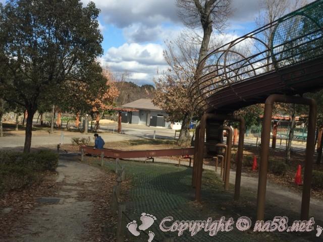 岩ケ池公園(刈谷ハイウェイオアシスの公園)林間遊具のひとつ大型滑り台