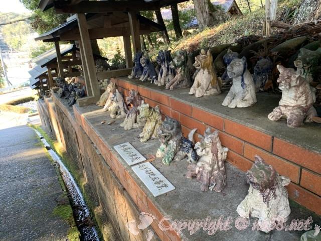 世界一(日本一)の狛犬(こまいぬ)岐阜県瑞浪市、八王子神社の参道沿いにある美濃焼の狛犬の数々