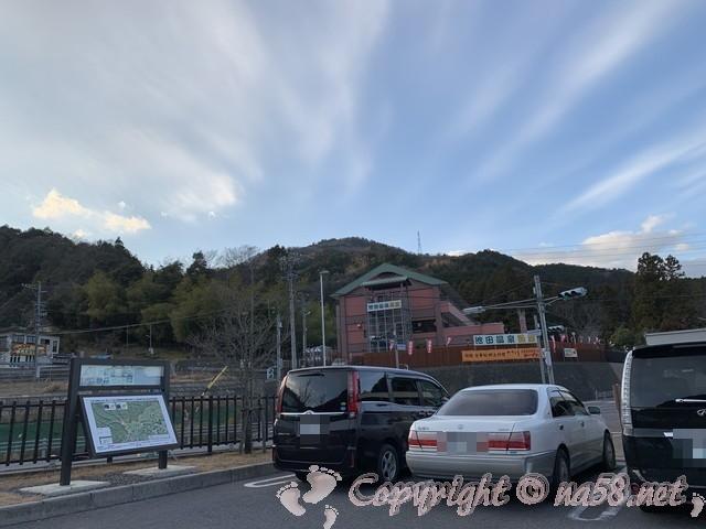 道の駅池田温泉(岐阜県池田町)の駐車場から池田温泉新館の建物が見える