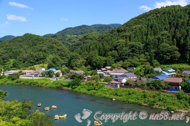 風光明媚な日本の田舎、里山と川、船