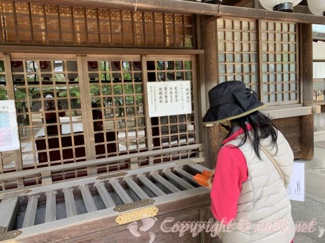 那古野(なごや)神社(名古屋市中区)の拝殿前