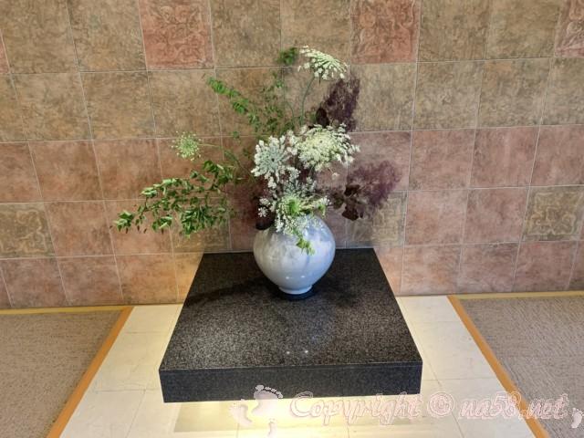 天光の湯(岐阜県多治見市)天然温泉 ロビーの生け花