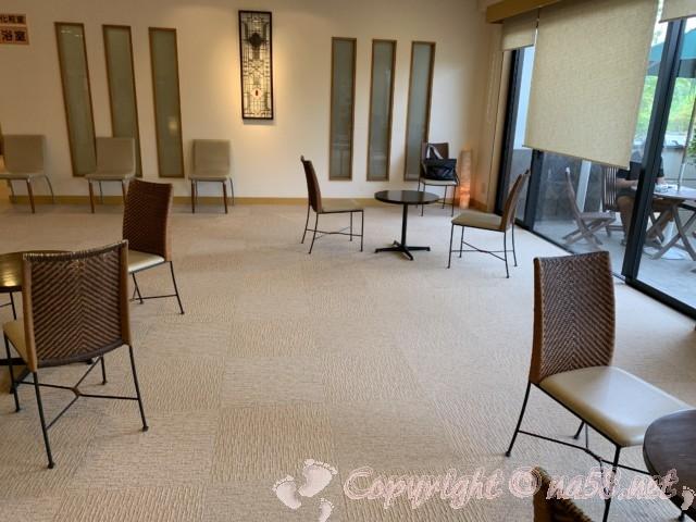 天光の湯(岐阜県多治見市)天然温泉 広いロビー椅子テーブル