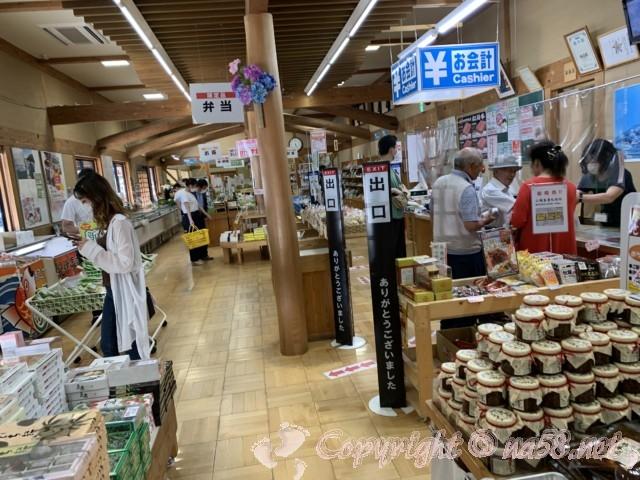 「道の駅飯高駅」(三重県松阪市)施設の内側、物産販売