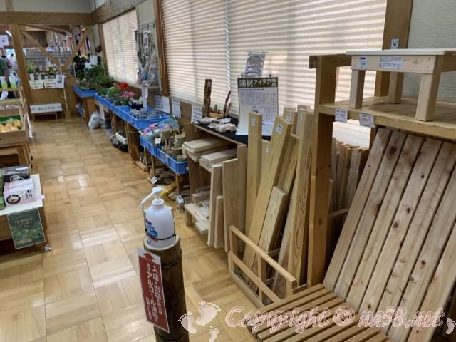 「道の駅飯高駅」(三重県松阪市)施設の内側、木製品