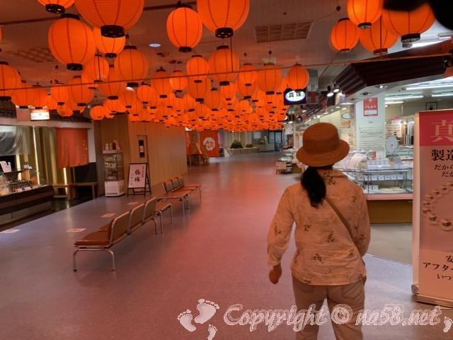 「伊勢シーパラダイス」三重県伊勢市二見の一階、提灯の華やぎ