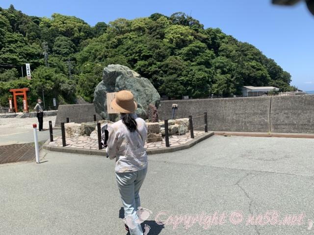 「伊勢シーパラダイス」三重県伊勢市 を出て向こうに「二見興玉神社」の赤い鳥居が見える