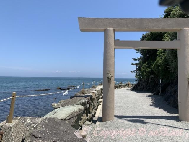 二見浦の海岸と二見興玉神社の大鳥居(三重県伊勢市)