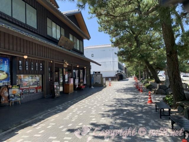 「二見興玉神社」(三重県伊勢市)、夫婦岩の西側にある無料駐車場そばの土産物店
