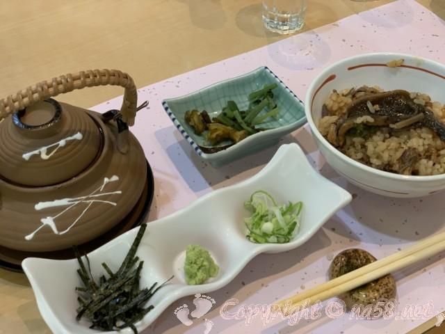 「ニューハートピア温泉ホテル長島」揖斐会席の夕食、うなぎ釜飯
