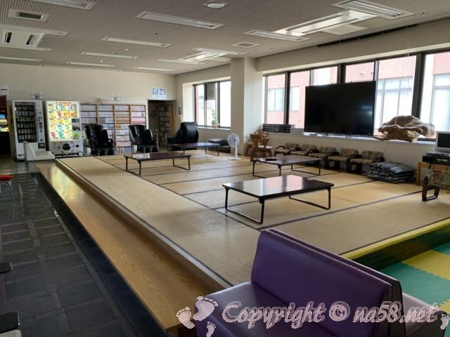 「ニューハートピア温泉ホテル長島」の休憩施設、畳、大型テレビ、マンガ、ゲーム機、電動マッサージ椅子など
