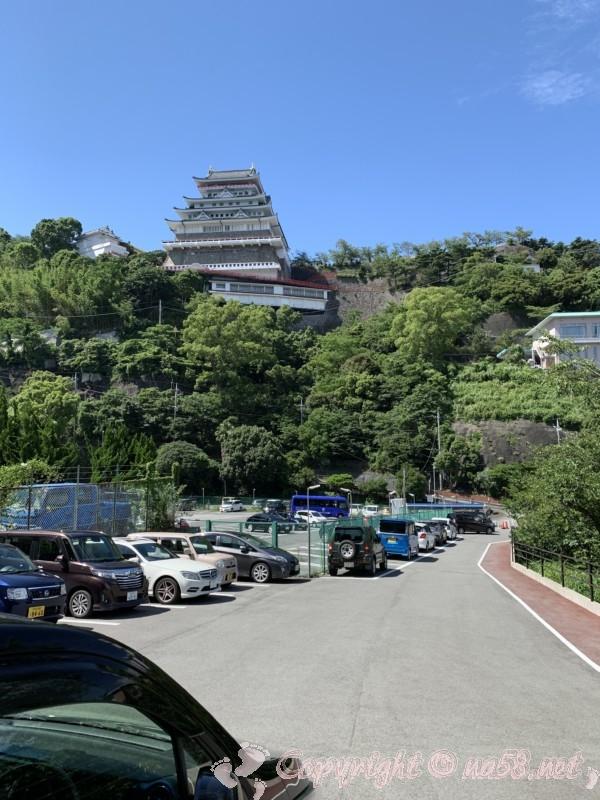 熱海の錦ヶ浦、無料駐車場と目の前の熱海城