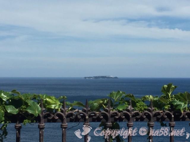 熱海の錦ヶ浦からみた初島