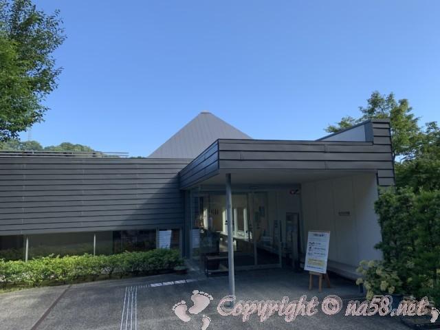 「かんなみ仏の里美術館」(静岡県函南町)の外観入り口付近