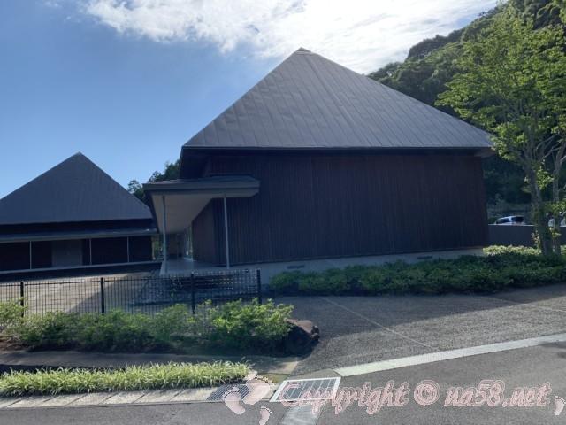 「かんなみ仏の里美術館」(静岡県函南町)道路側から見た施設