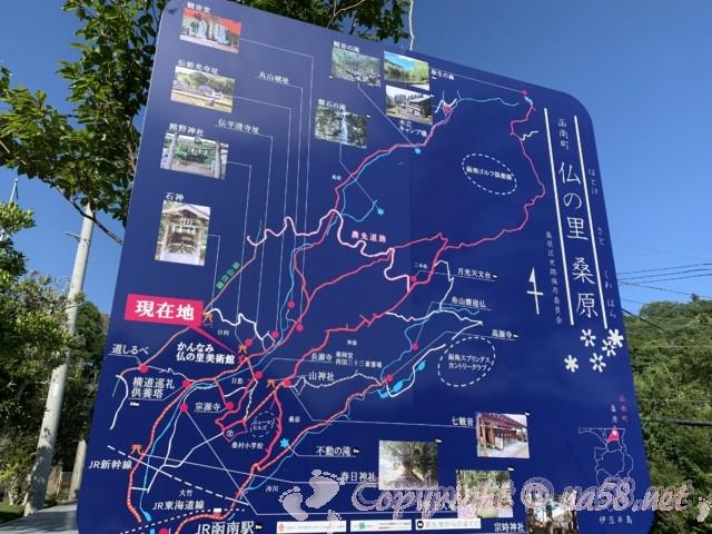 「かんなみ仏の里美術館」(静岡県函南町)入り口にある地区の名所や散策コース案内図