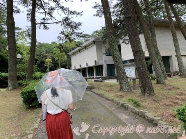 沼津御用邸記念公園内の「歴史民俗資料館」と松林