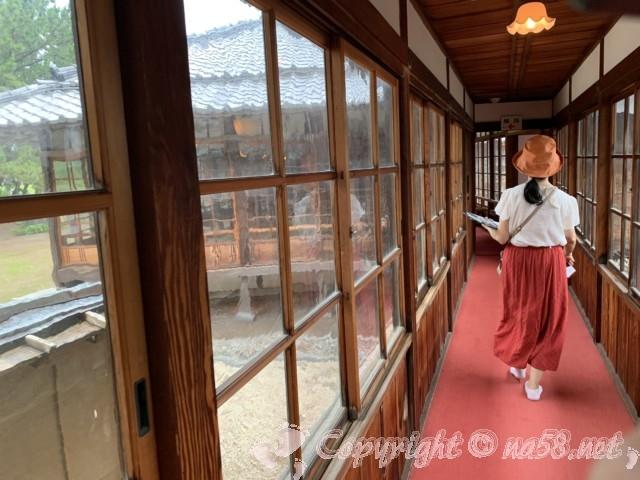 沼津御用邸記念公園内の「西付属邸」(静岡県沼津市)の赤いじゅうたんの廊下