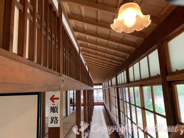 沼津御用邸記念公園内の「西付属邸」の廊下と灯り