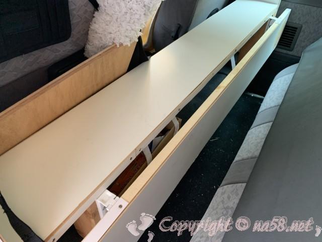 車中泊改造したバネットバンの2列目部分の自作折畳み机