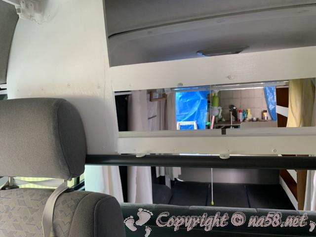 車中泊改造したバネットバン運転席後部につけた棚とカーテン