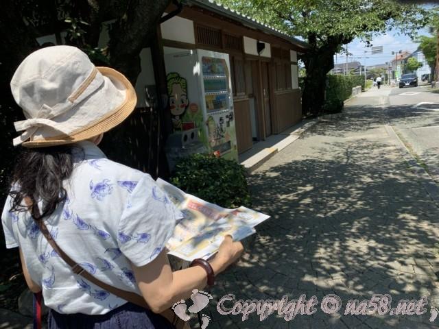 西尾市歴史公園(愛知県西尾市)の隣の資料館から駐車場への道