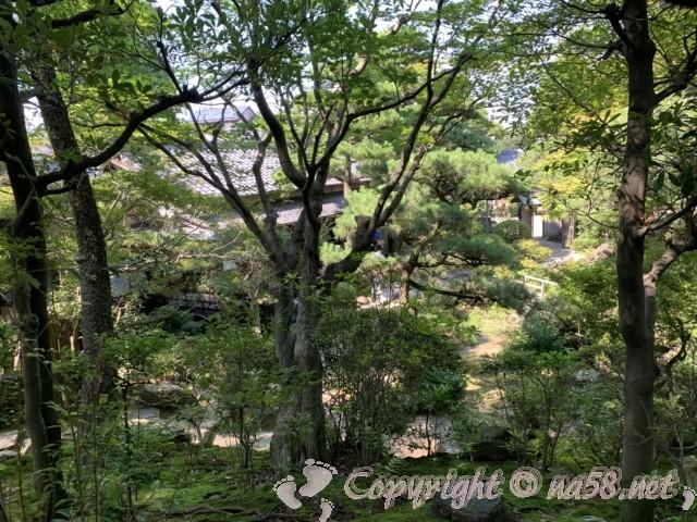 「尚古荘」の日本庭園、茶室を見下ろして