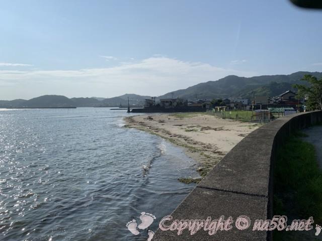 愛知県西尾市東幡豆海岸の潮干狩り会場、案内小屋とトンボロ干潟を見ている