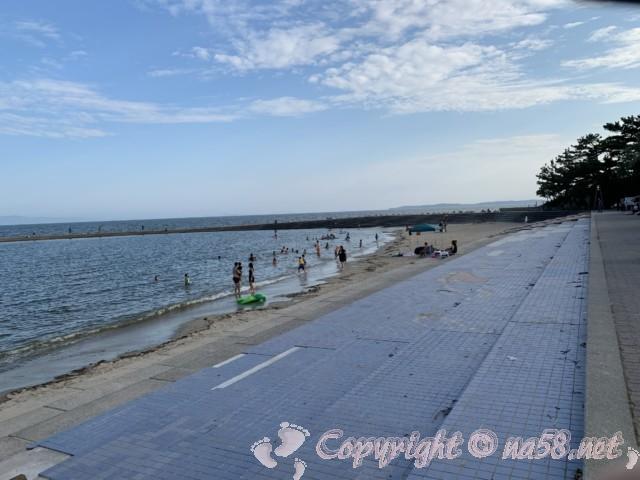 吉良ワイキキビーチ(恵比寿海水浴場)愛知県西尾市吉良町、海岸線と海水浴する人達