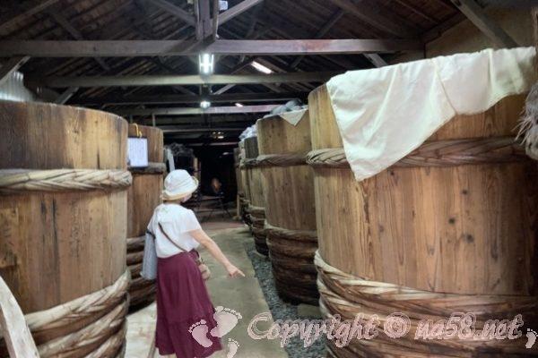 味噌蔵見学、はと屋みそパーク(愛知県西尾市)巨大な味噌桶が並ぶ